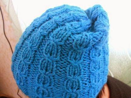 вязание спицами женской шапочки