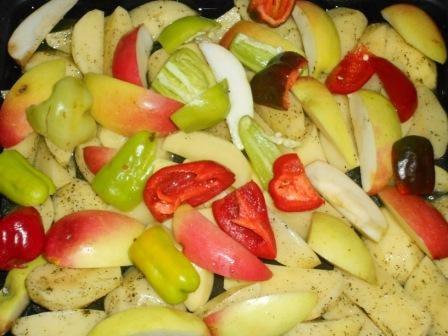 добавить перец и яблоки
