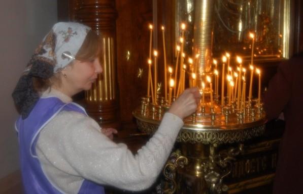 у подсвечника в храме