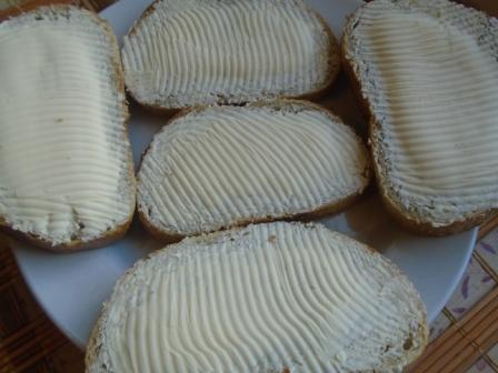 намазать маслом хлеб