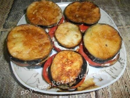 выложить баклажан на помидор