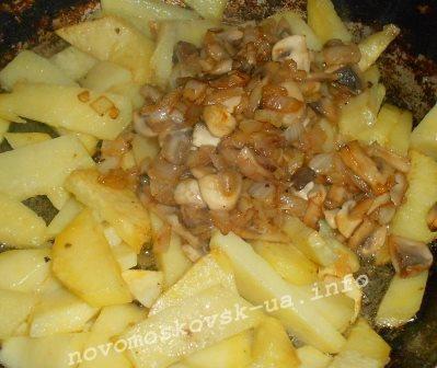 добавить грибы к картошке