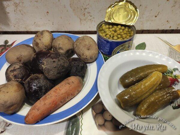 Винегрет с солеными огурцами и зеленым горошком